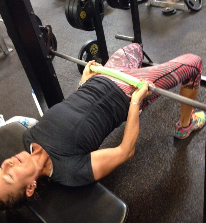 Strengthen your glutes with the glute bridge (Smith machine)